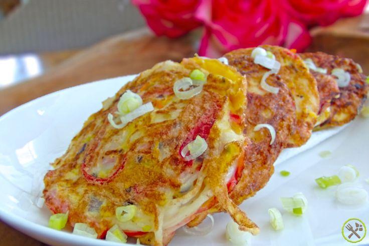 #PALEO #KOREAANSE #OMELET: ~ Mijn 100ste recept: een feestelijke versie van een omeletje ~  Ik ben gek op biologische eitjes -altijd lekker en snel power food op je bord- koolhydraatarm, voedzaam, eiwitrijk en ideaal om af te vallen. In Korea staat men vooral bekend om Gyeran Mari -omelet rolletjes- maar krab omeletjes zijn daar ook erg populair. Deze goed gevulde paleo versie van de Koreaanse krab omelet geeft je een voldaan gevoel, een leuke power boost en ze ogen ook enorm schattig.