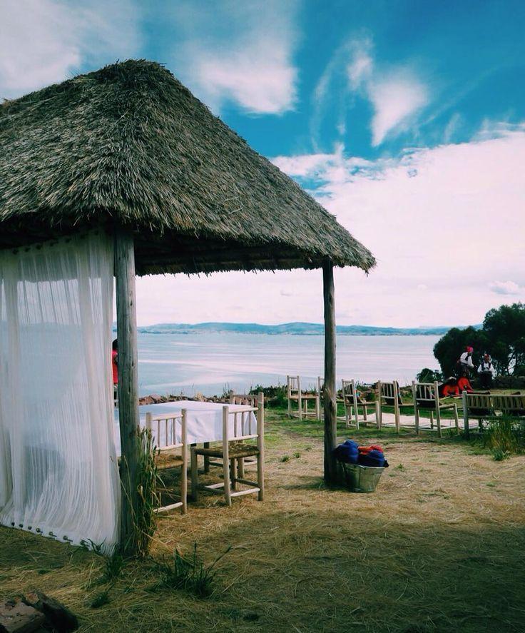 今日のランチは#チチカカ湖 に浮かぶ島で 富士山より標高が高いとこにある湖こんな暖かくて気持ちいいとは Had lunch on the island floating on lake #Titicacaca. It's 3900m high .  #visitperu #puno #relax #titilaka #peru #ペルー #megustamucho #