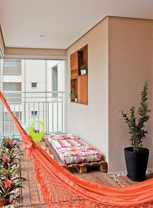 """o amplo terraço (6,90 x 2,40 m), foi montado um espaço zen. Para trazer o aconchego da madeira, as designers encomendaram paletes (1,20 x 1,20 m), lixados e envernizados, que fazem as vezes de deque. """"São reforçados na base para suportar o tráfego"""", explica a moradora Cecília. Duas outras unidades, vazadas e menores (1,20 x 0,70 m), ganharam futons (Extra, R$ 59,90 cada) e servem de assento. """"A varanda é coberta, mas paletes também vão para áreas abertas: é só aplicar o verniz específico""""…"""