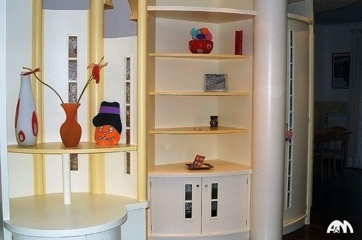 #Libreria in legno realizzata su misura per un ingresso di un appartamento a Roma.