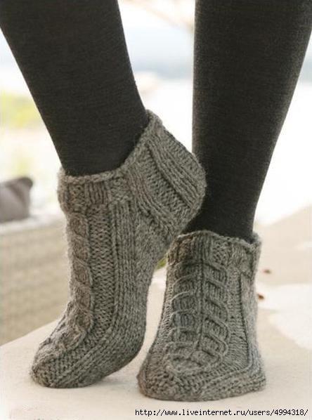 Теплые короткие носки, связанные спицами с косами — идеальный вариант для дома или для девочки подростка,сейчас модно носить обувь с оголенными щиколотками. Не будем рассказывать о том, что …