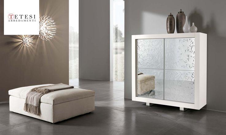 Mobile contenitore Picasso P2 Credenza con ante in cristallo a specchio e resina trasparente Mobile contenitore con struttura in tamburato di abete. Ripiani interni in cristallo.