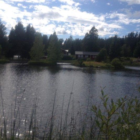 Stugan till uthyrning vid en sjö samt med en damm med Put and Take fiske av regnbågslax. Klicka vidare på bilden för mer information och möjlighet att hyra.