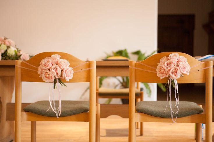 feste feiern, Weddingplanner, Tegernsee, Bayern, Standesamt Fischbachau, Traulicher, Blumenschmuck an der Lehne