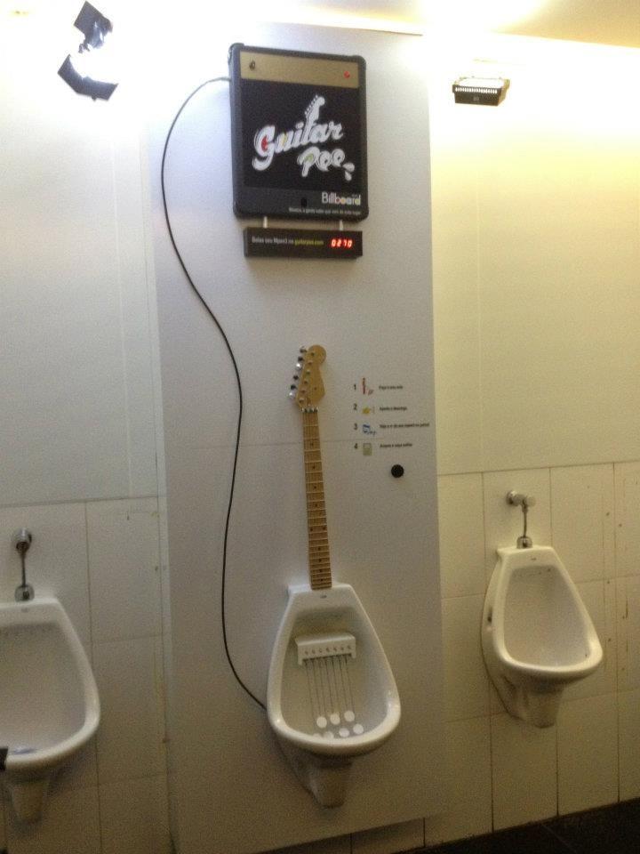 Guitar Pee: O mictório dos guitarristas