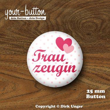 """Button für die Trauzeugin  Button """"Trauzeugin"""" auf zart-rosa-gepunktetem Hintergrund  1 Button, Button-Größe = 25 mm (1 Inch)  Auf Wunsch auch als 32 mm großer Button erhältlich, der Preis beträgt dann 2,50 €.  Unsere Buttons werden von Hand hergestellt und mit viel Liebe zum Detail verarbeitet und verschickt.  Auch erhältlich als Button-Set für den Junggesellinnenabschied- wirf einen Blick in unseren Shop!"""