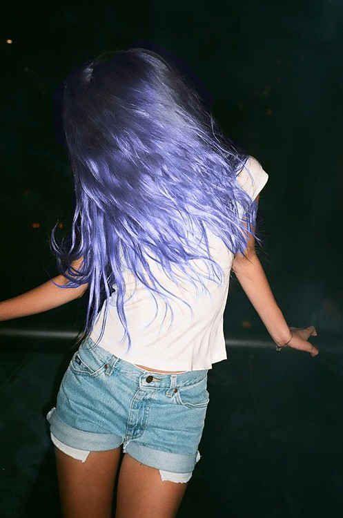 Enxaguar seu cabelo com vinagre branco imediatamente depois de tingir pode ajudar a fixar a cor, pois aumenta o valor de pH. A ciência cria a intensidade.