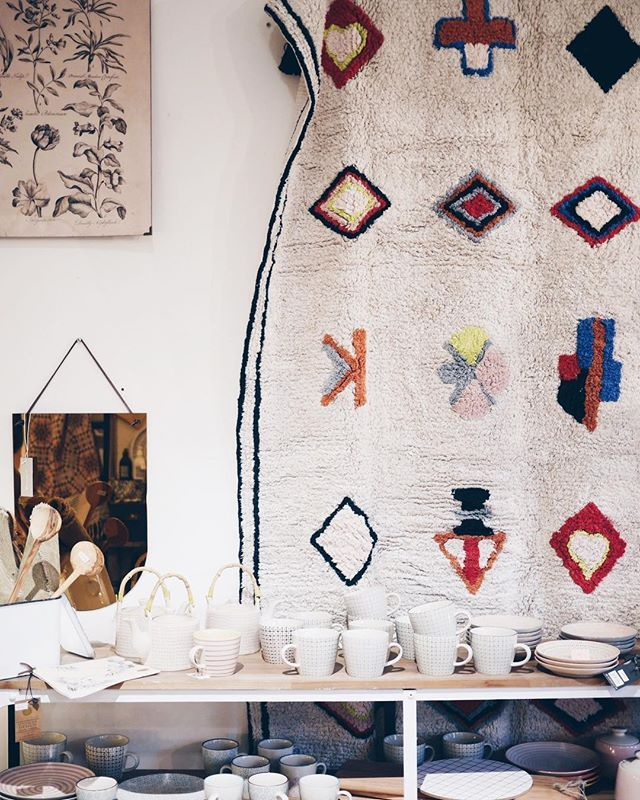 La alfombra Nadoor es otra de las maravillas de @lorenacanalsrugs que nos acaba de llegar a la tienda. Os invito a que vengáis a verlas y tocarlas porque en directo aún son más espectaculares: hechas a mano, con tintes naturales, de algodón 100x100 y...