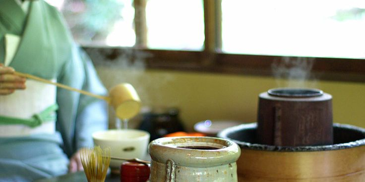 DIE JAPANISCHE TEEZEREMONIE  Eine japanische Teezeremonie findet im Teezimmer (jap. Chashitsu) statt. Der Teemeister lädt dorthin gewöhnlich bis zu fünf Teilnehmer ein, die anschließend mit vegetarischen Speisen im so genannten Kaiseki-Menü zu essen beginnen. Eine wichtige Regel ist dabei, dass keine Reste übrigbleiben dürfen, bevor Tee serviert wird. Nachdem die Teilnehmer ihre Speisen zu sich genommen haben, wird im Teegarten außerhalb des Teezimmers entspannt und verdaut.