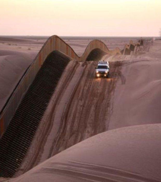 A barreira entre EUA e México nas dunas de areia de Algodones.