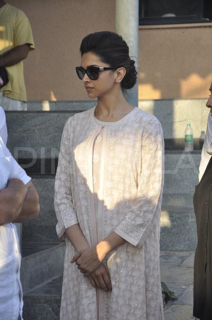 Deepika Padukone, Juhi at Bobby Chawla's funeral | PINKVILLA