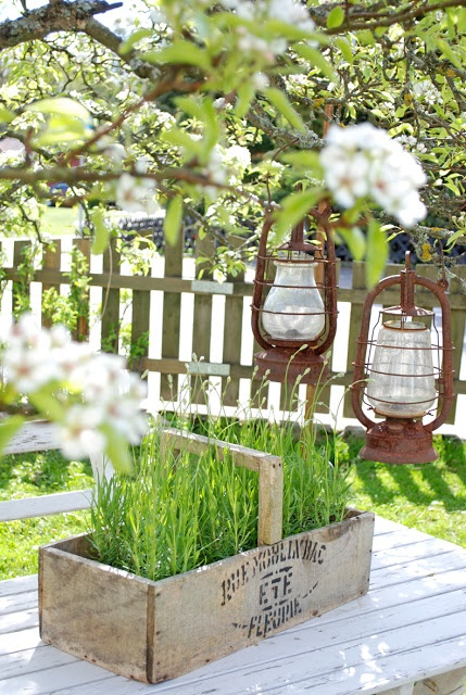 .Old lanterns can be hung