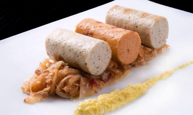 Enrique Fleischmann prepara una receta de salchichas alemanas acompañadas de mostaza casera y choucroute, un plato típico de Dijon (Francia).