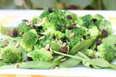 Sałatka brokułowa z suszoną śliwką