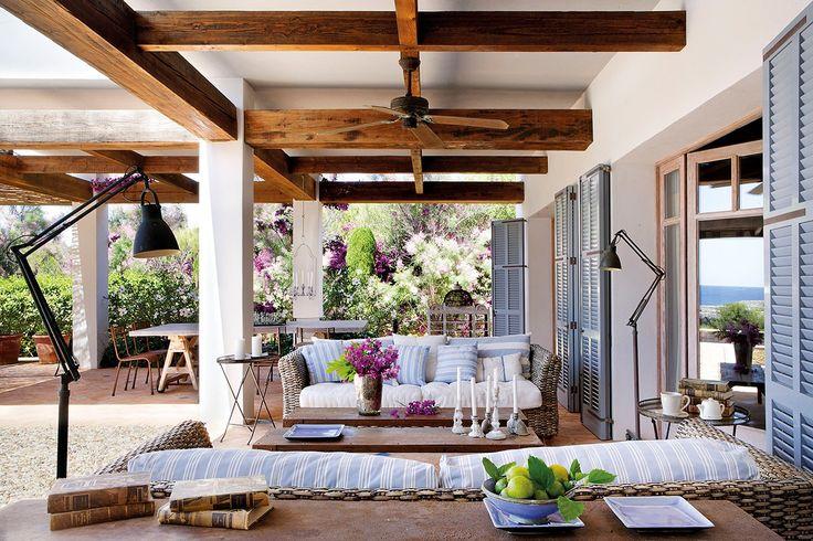 Fresco y completo  Si pusiéramos paredes, este sería un salón perfecto para el interior. Pero está en el exterior. En un porche maravilloso ...