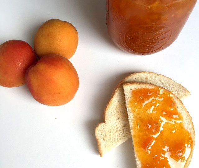 Het recept voor de allerlekkerste zelfgemaakte abrikozenjam. Een stap voor stap recept met bewaaradvies zodat je lang kunt genieten van deze heerlijke jam met abrikozen.