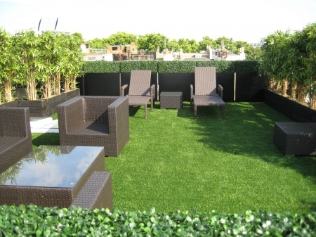 Artificial hedge, grass and bamboo from evergreendirect.co.uk used to create this Central London  grass roof