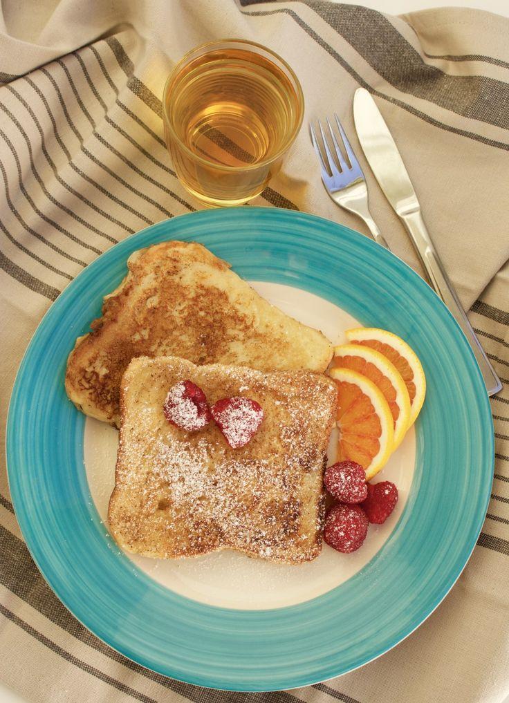 Fattiga riddare är underbara som mellanmål eller varför inte en lyxig frukost? Dessa passar vi på att unna oss på helgerna när hela familjen är samlade kring frukostbordet. Blir en härlig brunch att njuta av. 4 portioner, 8 st fattiga riddare 1 ägg 3 dl mjölk 1 dl vetemjöl 8 st skivor brödskivor 0,5 tsk vaniljsocker (valfritt) Stekning: Smör Smaksättning: 5 msk socker 1 tsk kanel Gör såhär: Vispa ägget med hälften av mjölken. Blanda i mjölet och vispa smeten klumpfri. Tillsätt resten av…