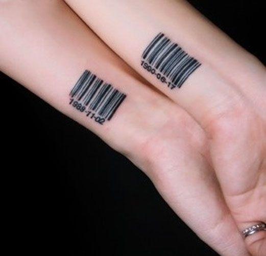 Code barre tatoué sur le poignet en commun https://tattoo.egrafla.fr/2016/02/22/modele-tatouage-couple-identique/