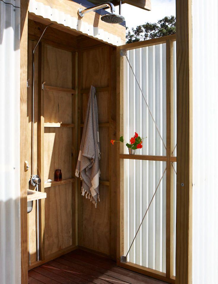 Душевая. Приятно, что даже при закрытых дверях внутри можно хранить какие-то вещи.  (маленький дом,сделай сам,самоделки,архитектура,дизайн,экстерьер,пляжный,ванна,санузел,душ,туалет,дизайн ванной,интерьер ванной,сантехника,кафель) .