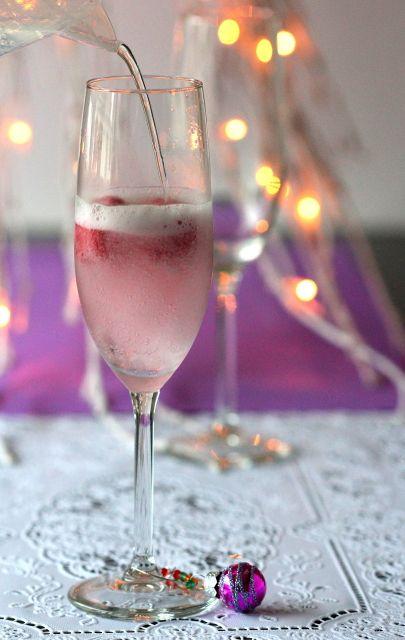 Een spoom is een lekker fris tussendoortje!  Kwam deze kerstballetjes als wijnglas markers tegen en heb er gelijk een lekkere alcoholvrije spoom van gemaakt! Neem een champagne glas, voeg 3 bolletjes bosvruchten sorbetijs (of een andere smaak) toe en giet er langzaam spa rood of sprite over.  Plaats een wijnglas marker aan het glas en iedereen kan zo zien welk glas van hem of haar is. Leuk idee voor de #kerst? Gebruik voor een spoom met alcohol bijvoorbeeld prosecco of champagne. Proost!