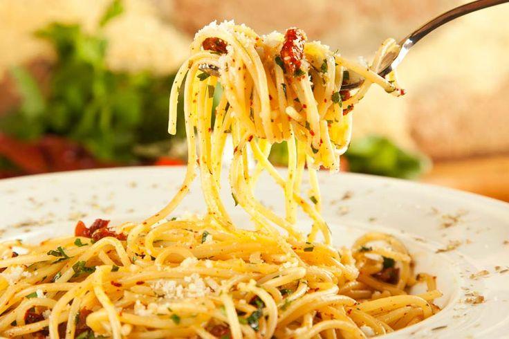 Spaghetti aglio, olio e peperoncino Die perfekte und dazu auch noch italienischste, einfachste, schnellste und preiswerteste Art, Spaghetti zu genießen! http://einfach-schnell-gesund-kochen.de/spaghetti-aglio-olio-e-peperoncino/