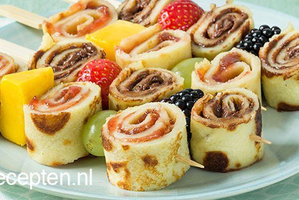 Pannenkoek spiesjes met fruit kant en klaar pannenkoeken met choco of confituur besmeren. Spiesjes maken