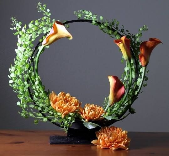Modern geometric crescent arrangement with calla. Via-International Florist Organisation FLORINT.ORG