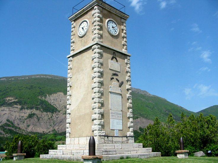 Tour de l'horloge à Aspres-sur-Buëch, en fond la Longeanne. #buech #PACA