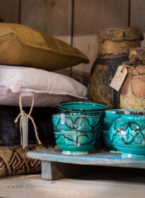 Parvani | Kussensvelours oud roze, kussen oker, kussen zwart geitenvacht. Turqoise Marokkaans servies. Theeplankje India.