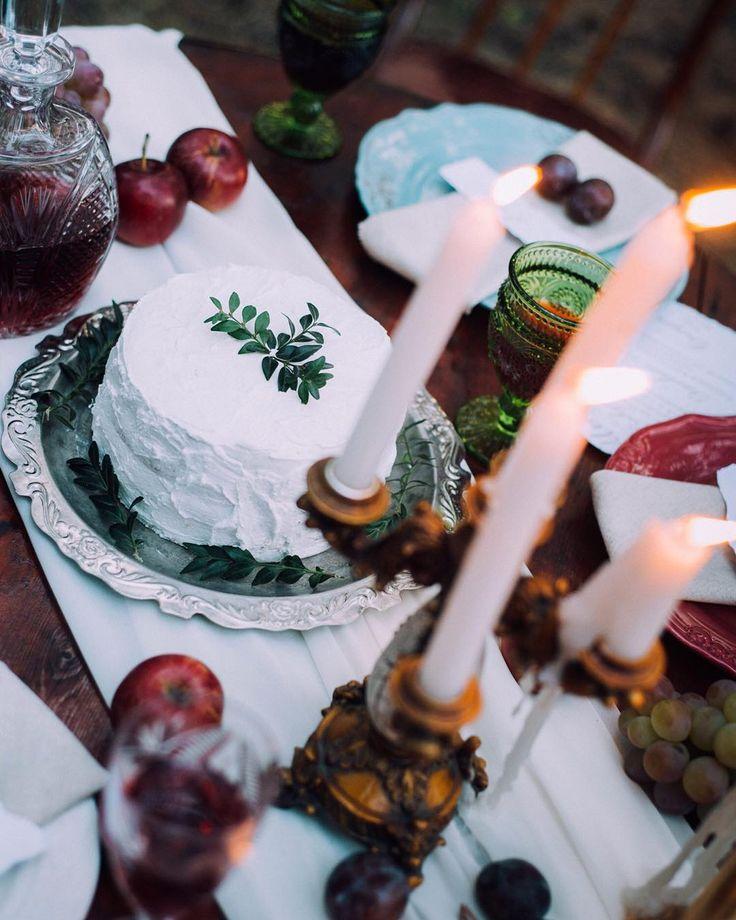 Современная свадьба не заканчивается выбором платья невесты. В современной свадьбе продуманы детали мелочи и даже еда должна соответствовать общей концепции праздника. Поэтому банкет лесной бохо свадьбы проходил между сосен в приятной обстановке друзей. С лаконичным декором в тёмных тонах слегка разбавленный молочным шифоном и светом от свечей. Торжественно и уютно.  Идея организация @zaitseva_ket Фото @_krymovakse Декор и флористика @bowpie  Торт @katya7_sweets