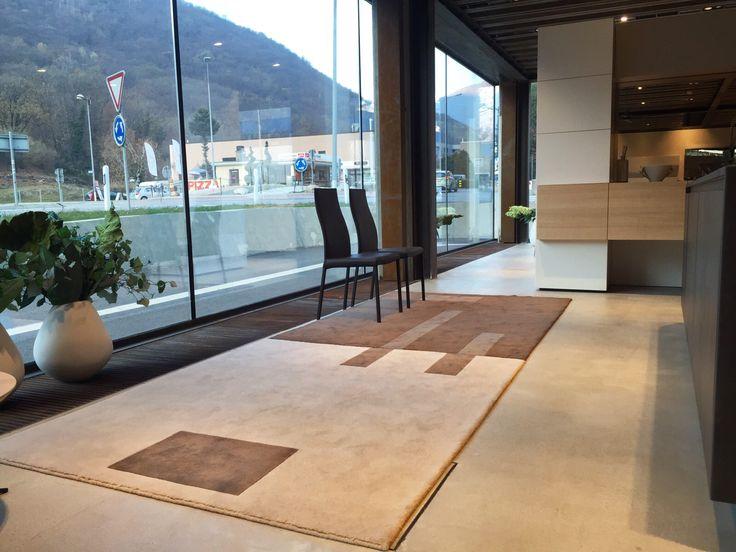 I tappeti vengono creati con massima attenzione al commercio equo e solidale .  Tecnica produzione: annodato a mano su telaio verticale.