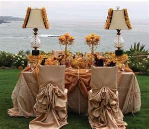 I like the idea of having lamps at the sweetheart table :)