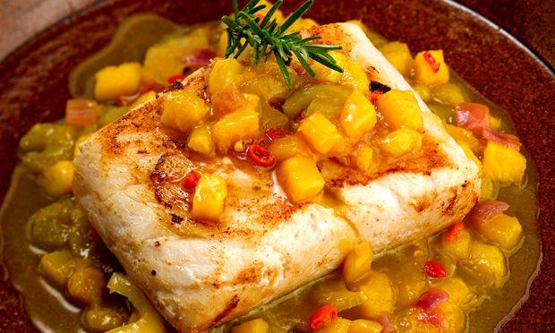 Peixe grelhado com molho de manga e pimenta-malagueta
