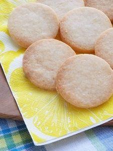 サクサクレモンの米粉クッキー(小麦・卵・乳製品不使用) 材料(丸型18枚分)  A  米粉70g  A  アーモンドパウダー20g  A  てんさい糖30gアーモンドミルク10g米油(太白ごま油など)30gレモンの皮1/2個レモン汁5g  作り方  レモンの皮をすりおろす。オーブンを170度にあたためておく。  ボールにレモンの皮とAをいれてよく混ぜる。  米油、レモン汁、アーモンドミルクをいれて混ぜる。  生地を伸ばして丸型で抜く。  170度のオーブンで15分焼く。  Point!  レモンはなるべく国産がおススメ。レモン汁は市販でもフレッシュでも大丈夫です。