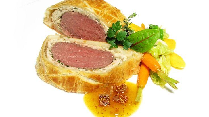 Filet Wellington ist ein tolles Gericht für ganz besondere Anlässe. Statt wie üblich ein Rinderfilet in Blätterteig einzubacken, greift Alfons Schuhbeck zum Hirschrücken - und verleiht damit diesem Sonntagsbraten eine ganz besondere Note.