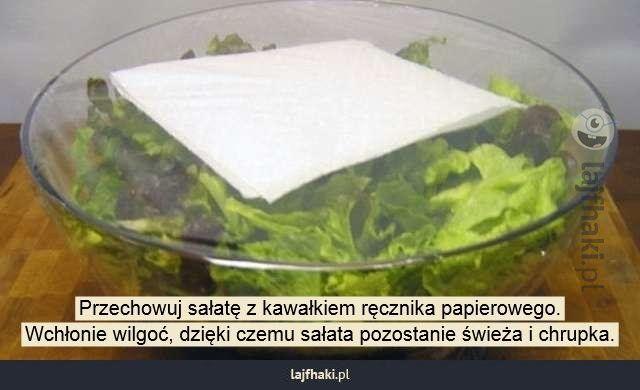 Lajfhaki.pl - Przechowuj sałatę z kawałkiem ręcznika papierowego. Wchłonie wilgoć, dzięki czemu sałata pozostanie świeża i chrupka.