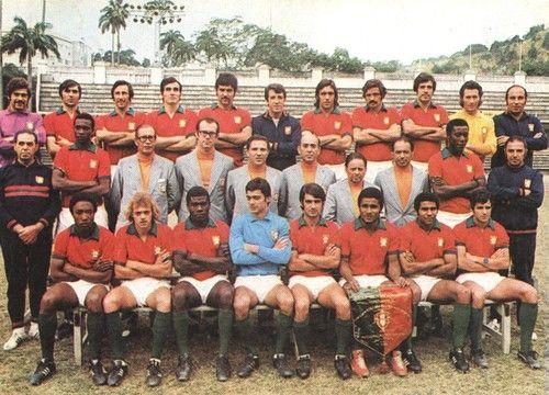 Selecção nacional Portuguesa 1972. Plantel que participou no Mundialito no Brasil, 1972. Eusébio encontra-se sentado com o galhardete da seleção nacional. Félix Mourinho, está na terceira fila, segundo a contar da direita com camisola amarela. Está entre Peres Bandeira e Humberto Coelho.
