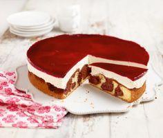 Rotkäppchen-Kuchen: Der hätte auch der Großmutter geschmeckt! Auf den Kirschkuchen gibt es noch eine Quark-Sahne-Creme und ein rotes Fruchtkäppchen.