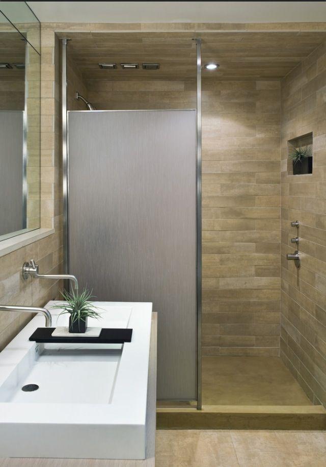 Ceci est un salle de bain pour les enfants. Il est un peu simple avec une douche et un lavabo.