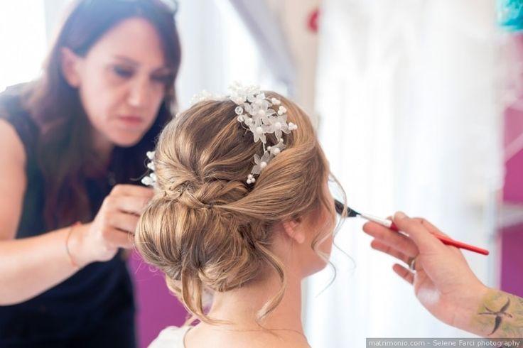 Acconciatura da sposa per capelli raccolti in uno chignon basso con diadema come accessorio sposa