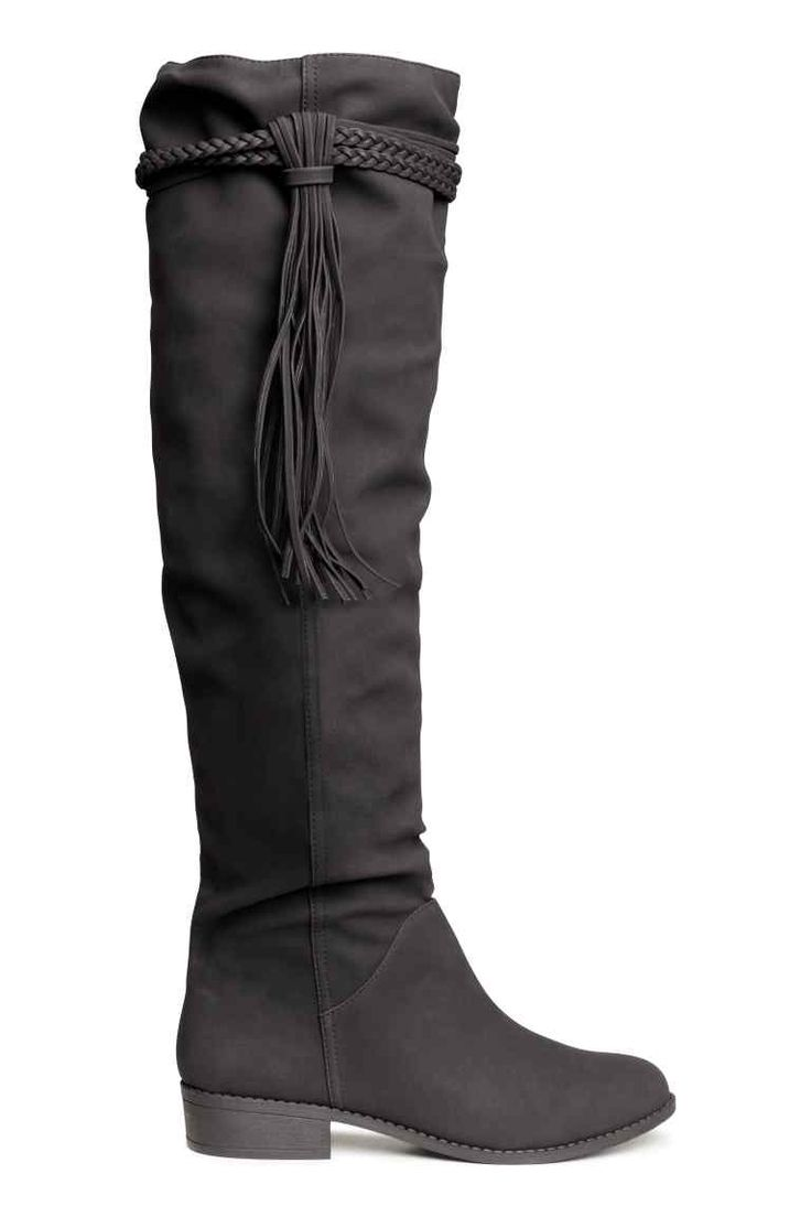 Stivali al ginocchio: Stivali al ginocchio in finta pelle tipo nabuk con fascette decorative e frange in alto. Senza allacciature. Tacco 3 cm. Suola in gomma.