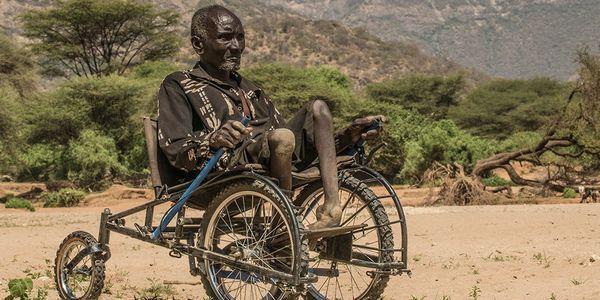 Come trasformare le vecchie bici in sedie a rotelle per i più poveri (FOTO)