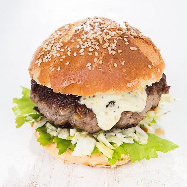 Thüringer Bürger mit einem Patty aus Thüringer Bratwürsten, dazu Krautsalat und Senfmayo. #lecker #rezept #essen #foodblogger #foodforfoodies #burger #grillen #bbq #instagood #instafood