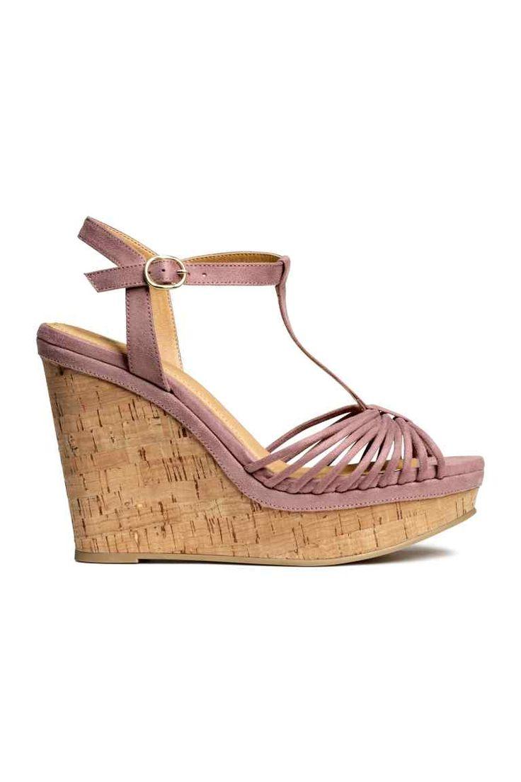 Sandali con zeppa: Sandali in finto camoscio con zeppa in sughero. Cinturino con fibbia in metallo attorno alla caviglia. Plateau davanti 4 cm, tacco 12 cm. Suola in gomma.