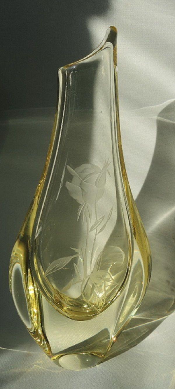 Luxusní hutně tvarovaná váza zploštělého tvaru, citrínové sklo, na přední straně rytá růže se signaturou (písmenu Z).