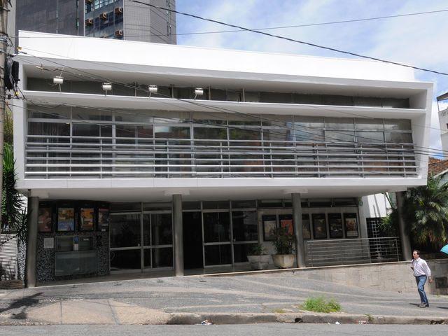 Enquanto a maioria dos cinemas do país estão dentro de shoppings, BH ainda preserva um cinema de rua: o Belas Artes, que fica ao lado da charmosa Praça da Liberdade.