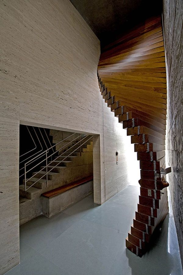 Spektakuläre Eingangstür aus Holz als Vorhang – Yv Linden
