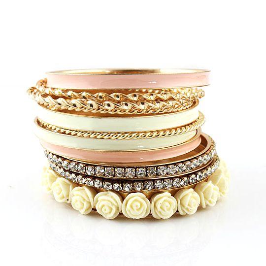 Een prachtig setje van 11 armbanden, voor € 8,95.
