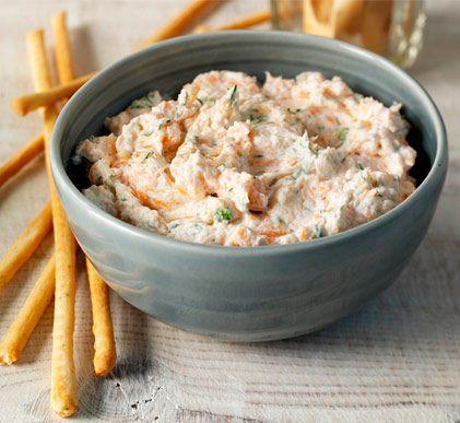 Pate de salmon ahumado:  Ing: 150 gr de salmón ahumado, queso cremoso para untar, el zumo de medio limón, eneldo o cebollino picado Empezaremos cortando el salmón en trozos pequeños, y lo pondremos en un bol junto al queso fresco y el zumo del limón. Trituramos todo en la batidora hasta que veamos que la textura es de paté con un tono rosado. Por último serviremos el paté con un poco de eneldo o de cebollino picado por encima, y lo acompañaremos con tostadas o palitos de pan.